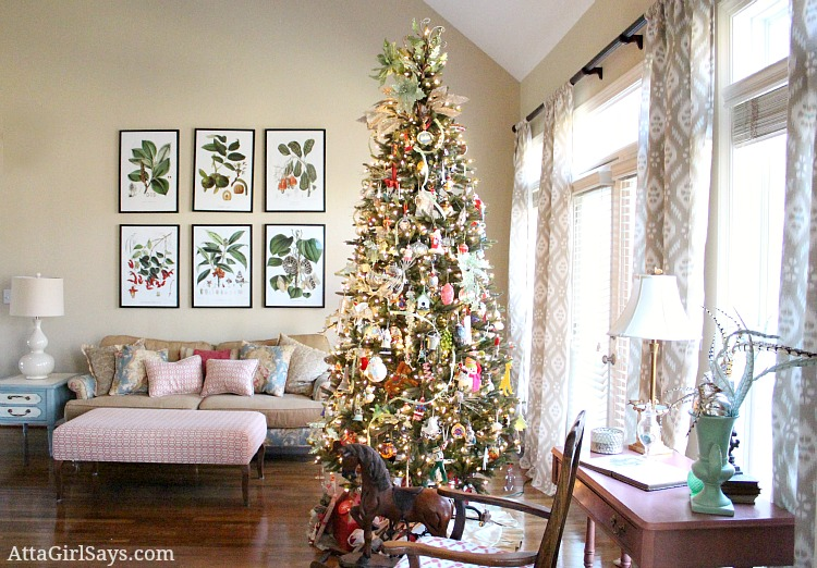 simply golden look with just a christmas tree - How To Decorate Living Room For Christmas