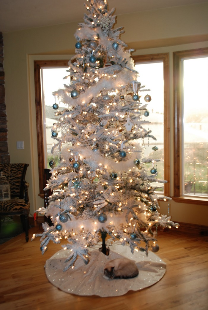 white-chirstmas-tree-with-silver-baubles-and-gold-christmas-lights